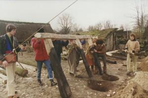2,  bouw smidse, 1ste stuk zijkant houtbouw wordt in zijn geheel geplaatst