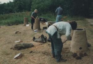 bouw van ijzersmeltovens tijdens een intern. symposium in Lejre